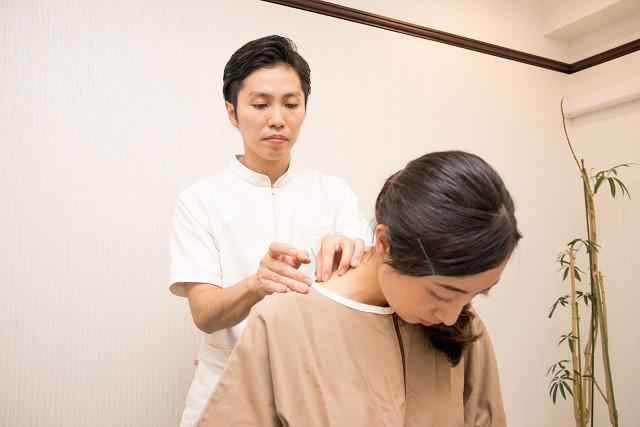 鍼灸で首の緊張を解いていきます