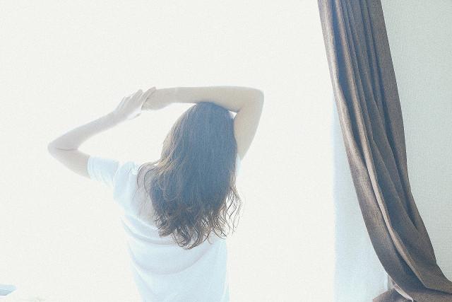 起床時、腰が痛む女性